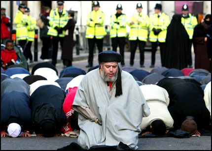 Abu Hamza Leading Prayers Outside Finsbury Park Mosque
